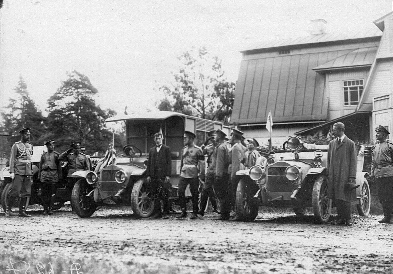 09. Император Николай II осматривает автомобили иностранной марки (США) перед началом пробега