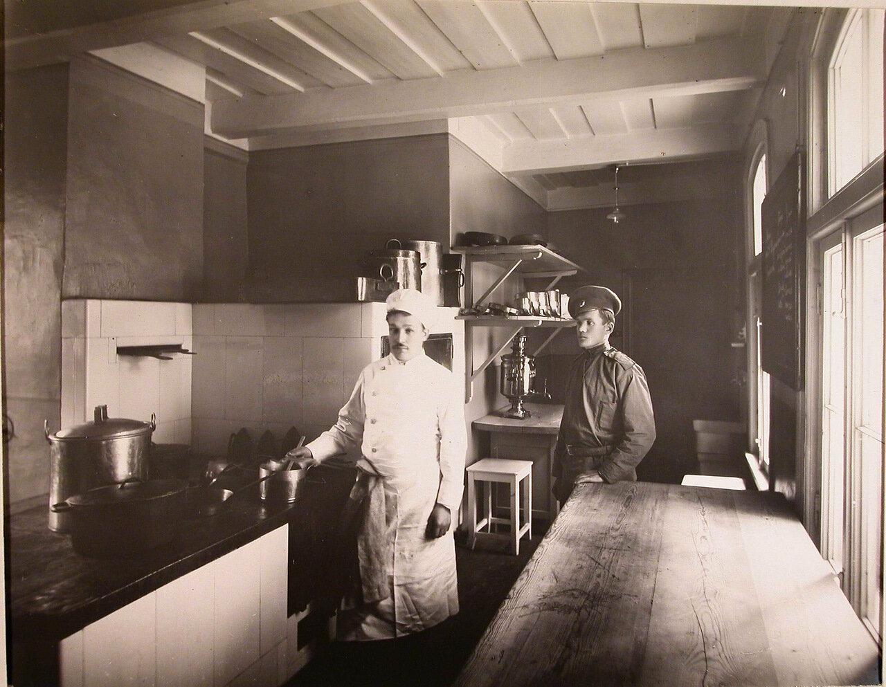17. Повар и помощник на кухне патроната-убежища