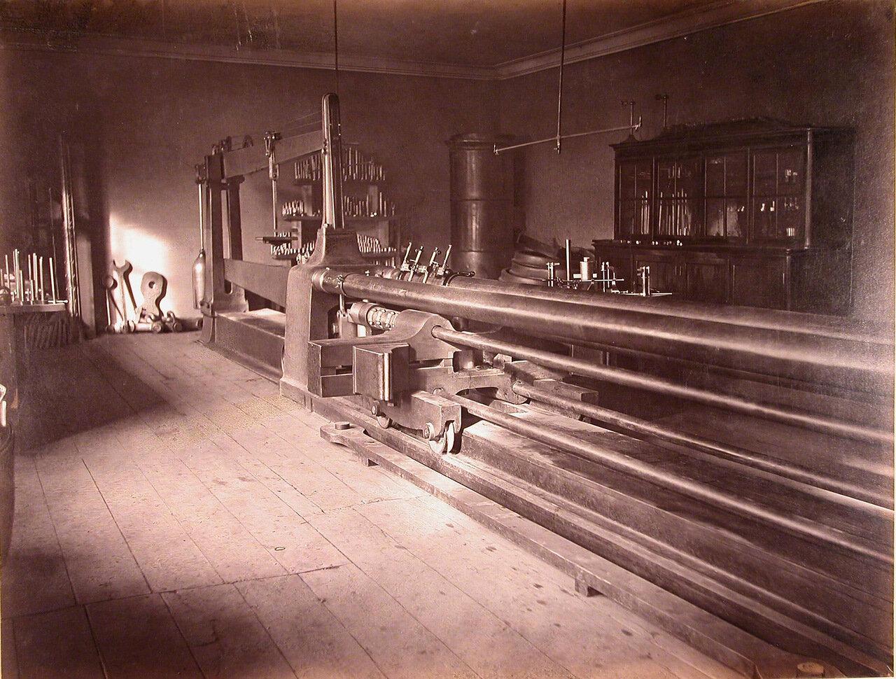 14. Общий вид сталепробной машины, установленной в одном из помещений завода