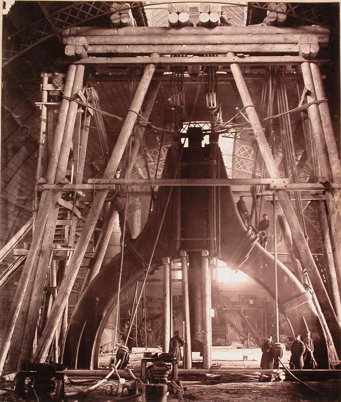 20. Рабочие одного из цехов завода у парового молота весом 35 тонн, установленного в лесах, предназначенных для его разборки