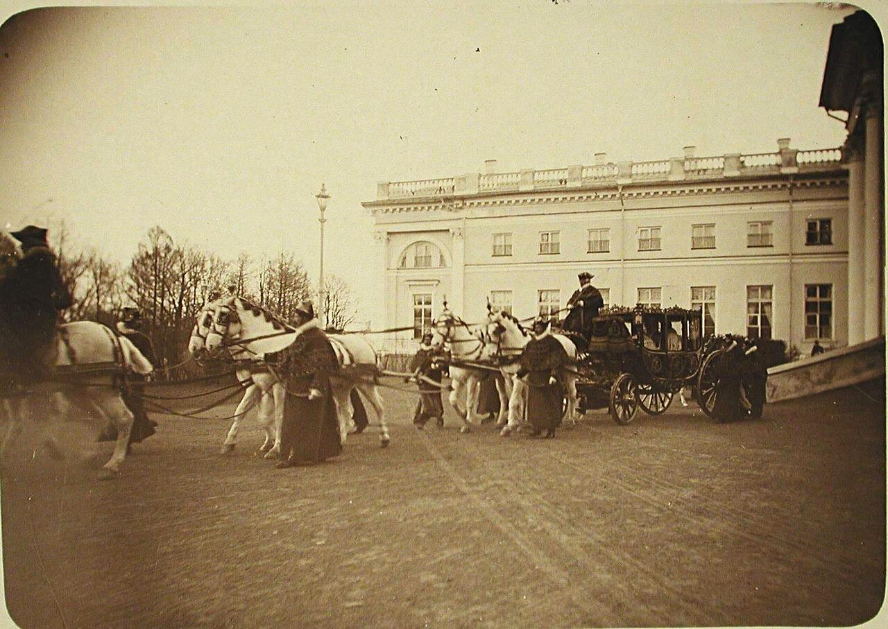 07. Участники церемонии крещения великой княжны Ольги Николаевны в карете около дворца