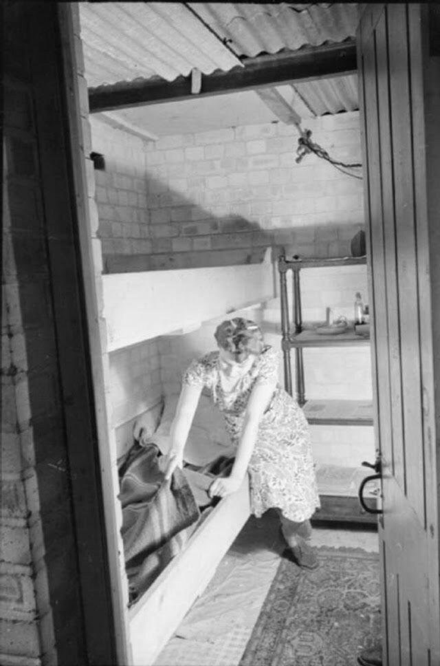 15. Оливия подготавливает койку в бомбоубежище в подвале своего дома.