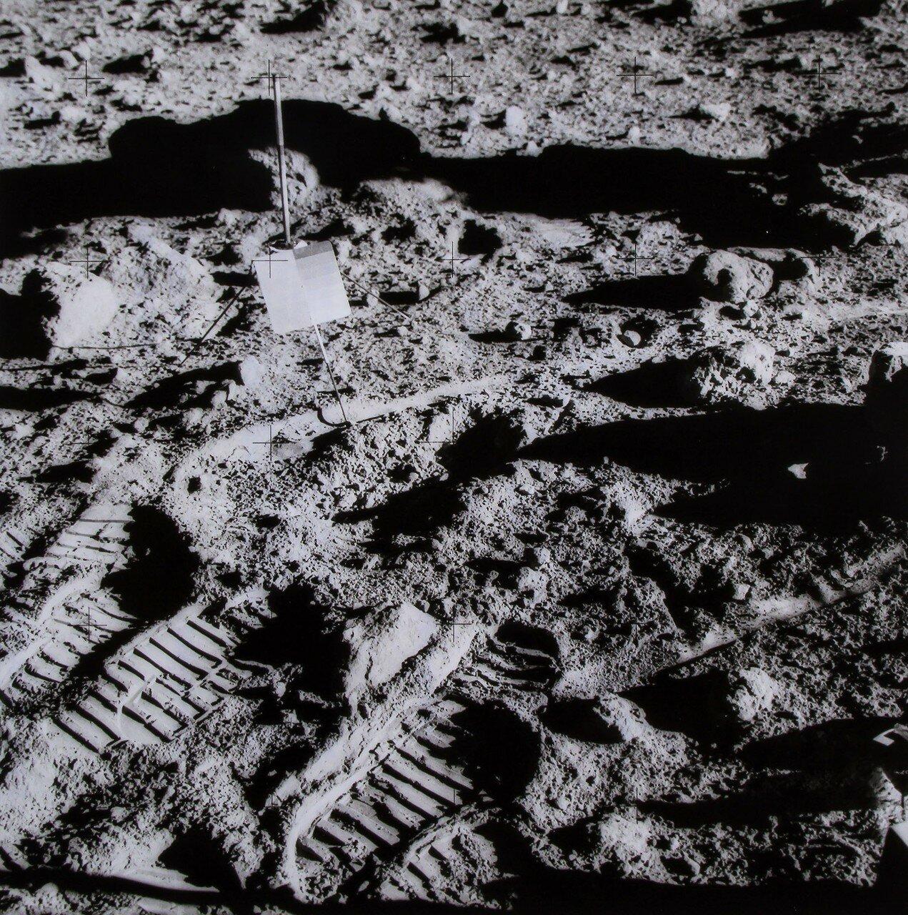 В скафандре Шепарда была зарегистрирована небольшая утечка кислорода. На снимке: Отпечатки подошв на лунной поверхности