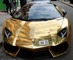 В Париже был замечен золотой Lamborghini Aventador