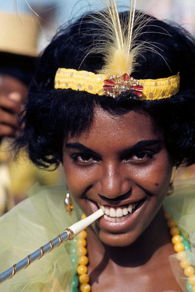 (Premium Pricing - DOUBLE RATES APPLY) Rio De Janeiro Carnival 1964. A l'occasion de festival de Rio, reportage sur les danseurs et danseuses. Gros plan sur le visage d'une danseuse en jaune avec un porte-cigarette ‡ la bouche et un bandeau Charleston. (P