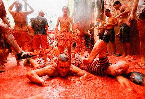 Праздники  Испании - битва помидорами