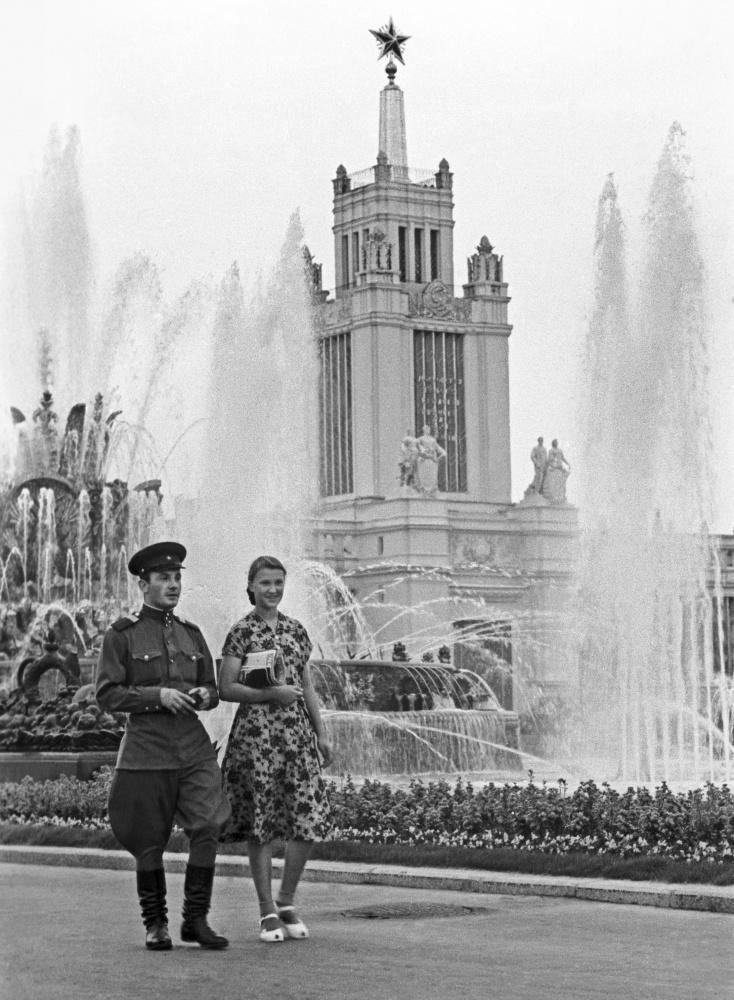 Прогулка по территории ВДНХ, 1945 год. ИТАР-ТАСС/Николай Бобров