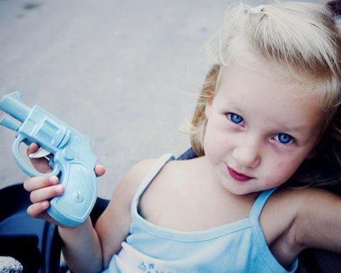 ребенок с пистолетом.jpg