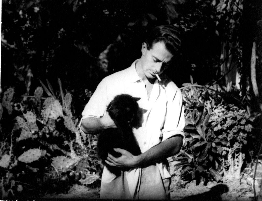 Эрнест Хемингуэй с кошкой
