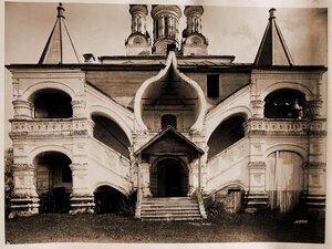 Вид части фасада и крыльцо церкви Благовещения.