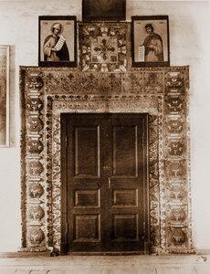 Вид двери с наличником собора Николо-Вяжищского монастыря. Новгород г., близ Новгорода
