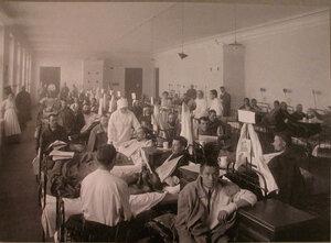 Раненые и сестры милосердия в палате лазарета,устроенного при Александро-Мариинском институте.