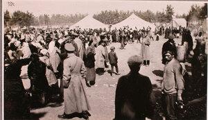 Беженцы во время получения пищи у палаток соединительного врачебно-питательного пункта, организованного отрядом Красного Креста В.М.Пуришкевича.