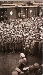 Нижние чины и женщины-беженцы у перевязочно-питательного поезда №13, организованного отрядом Красного Креста В.М.Пуришкевича.