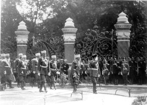 Император Николай II с офицерами проходит мимо строя полков, прибывших на освящение храма.
