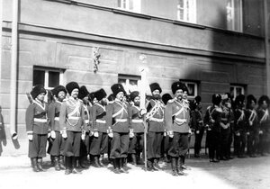 Подразделение казачьих войск с полковым знаменем во время освящения храма.