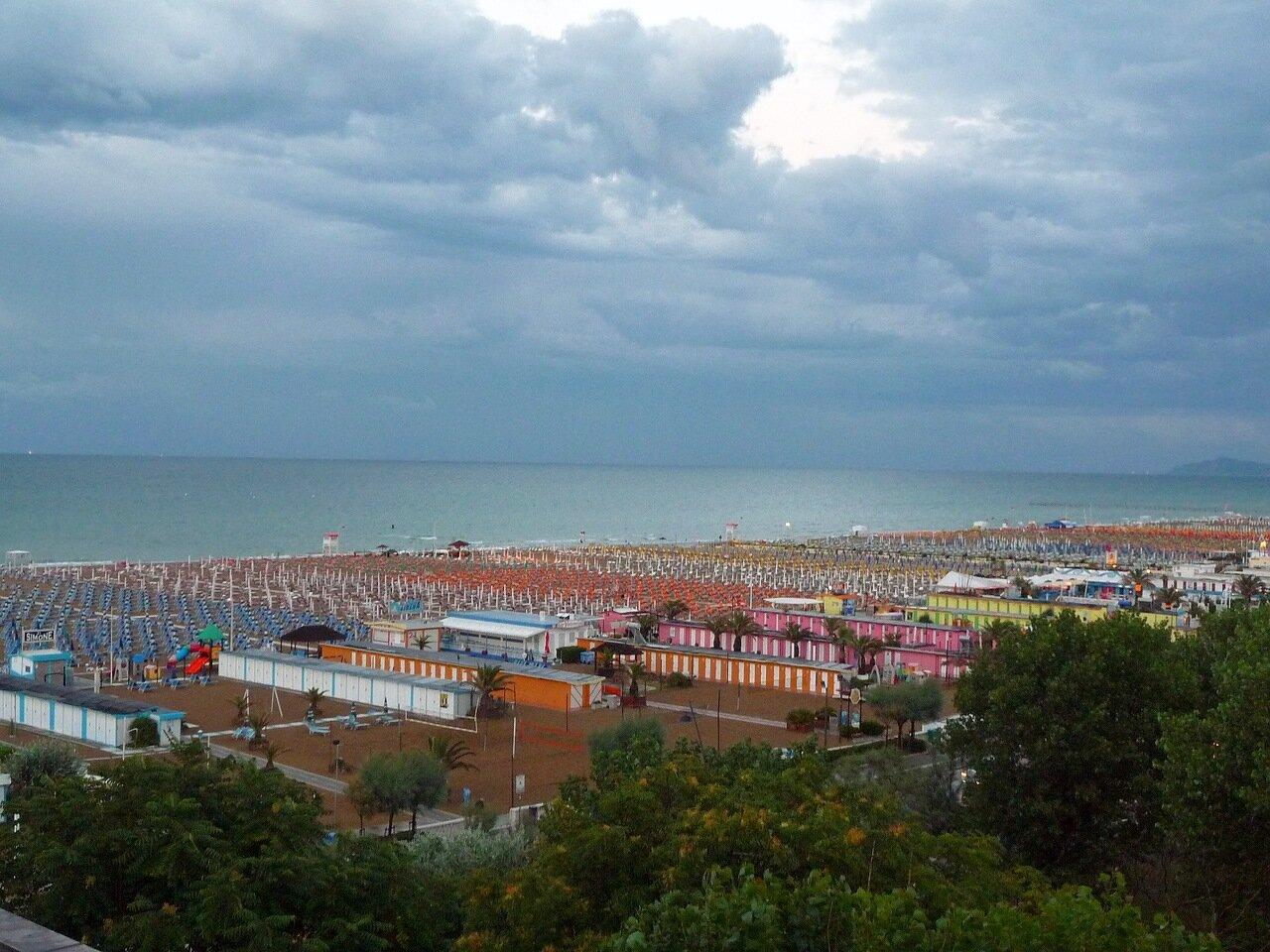 Вид на пляж с террасы ресторана отеля.