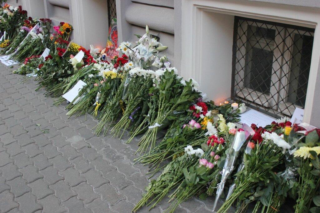 к посольству Нидерландов в Москве