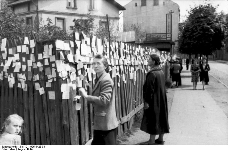 Warschauer Aufstand, Frauen an Holzwand