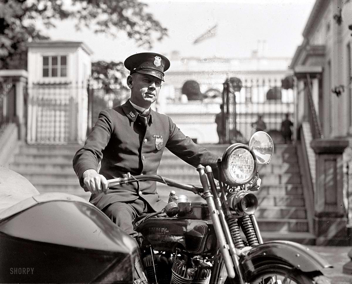 Полицейский на мотоцикле с коляской у ворот Белого дома (Вашингтон, 1922 год)