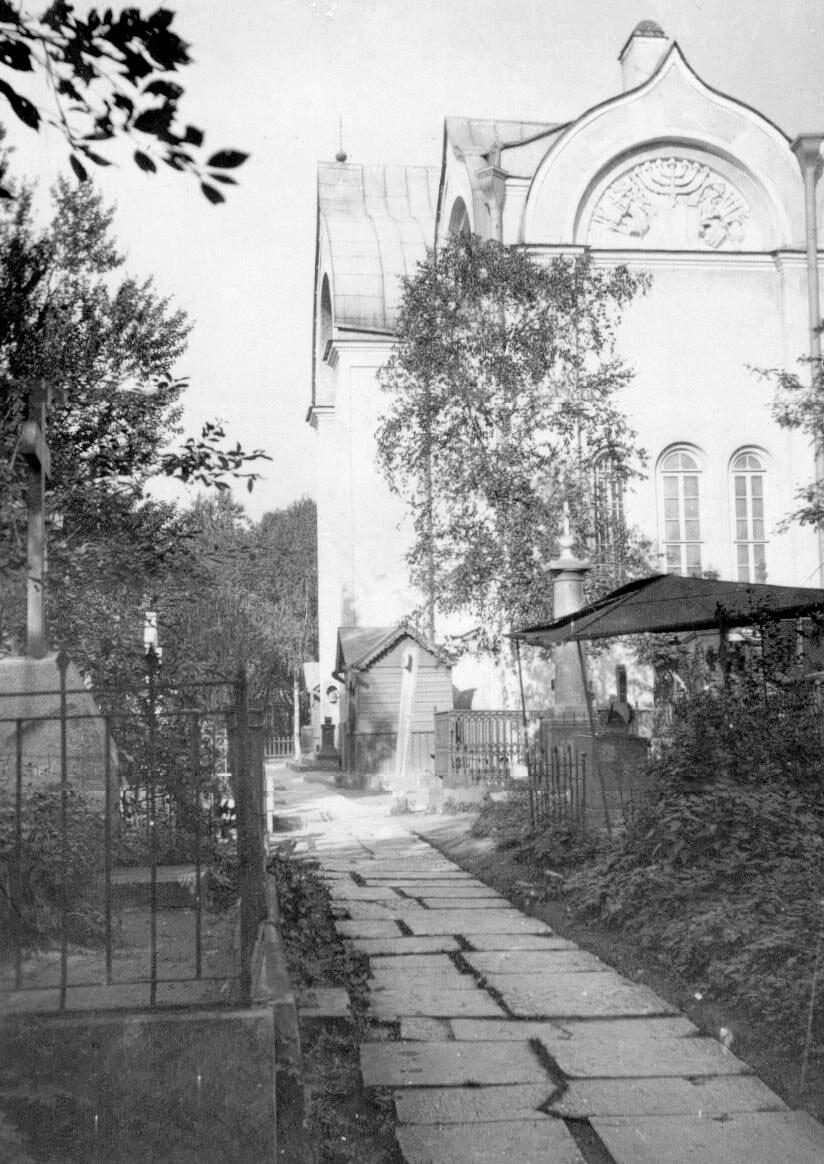 12. Вид части кладбища