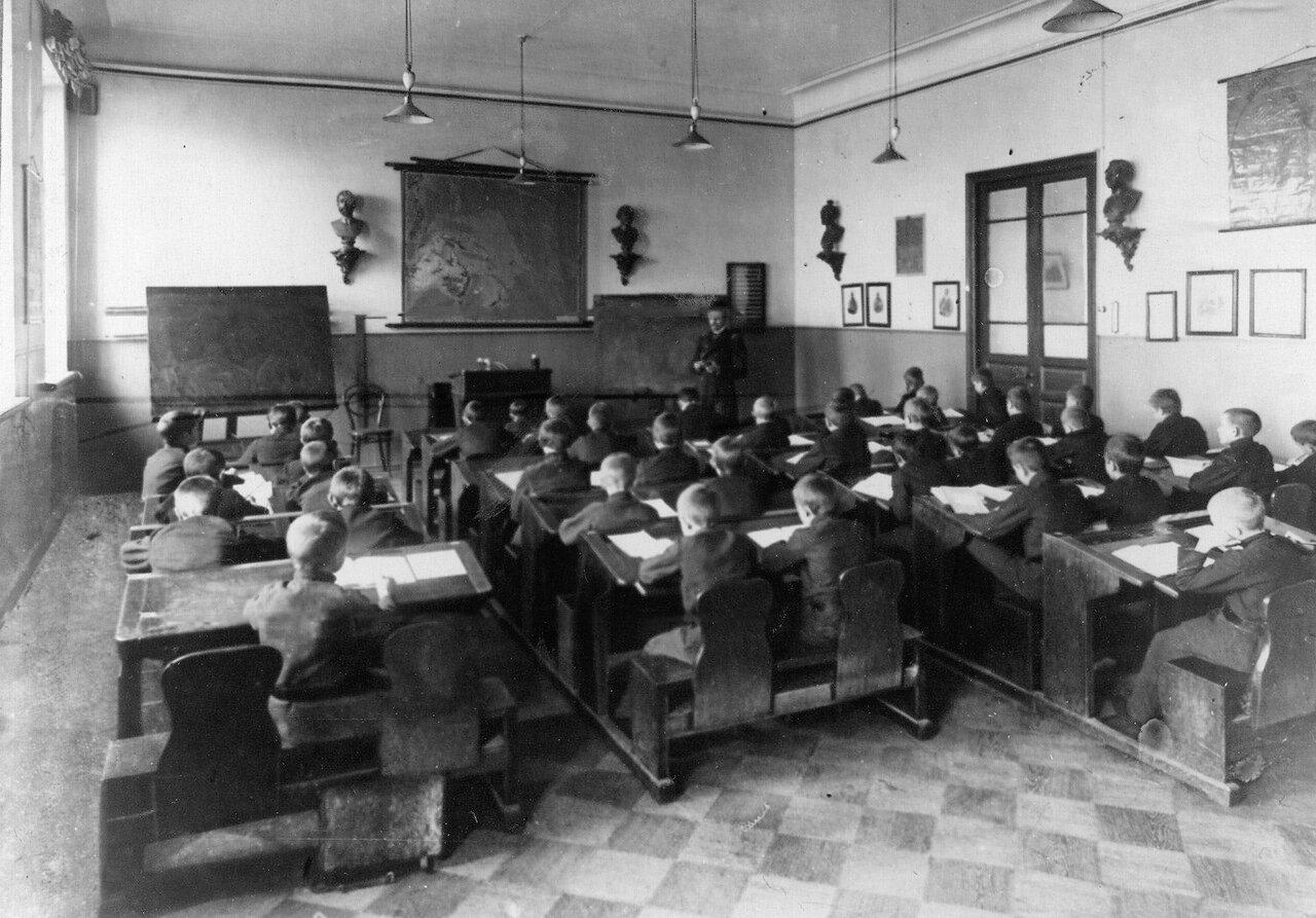 14. Группа учеников училища на уроке географии