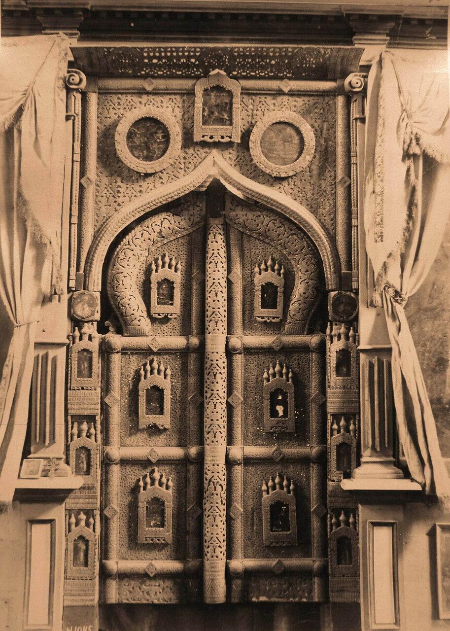 Вид деревянных царских врат ажурной работы XV в. на слюде в церкви Спаса-Нередицы