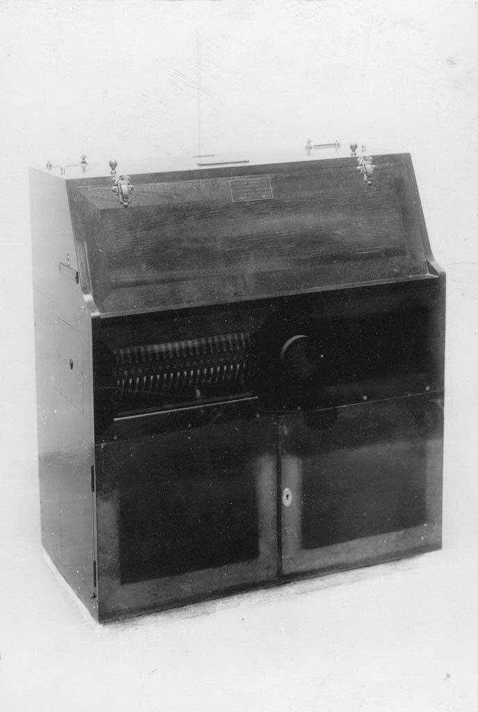 16. Телеграфный аппарат - искровая радиостанция малой мощности Робтит