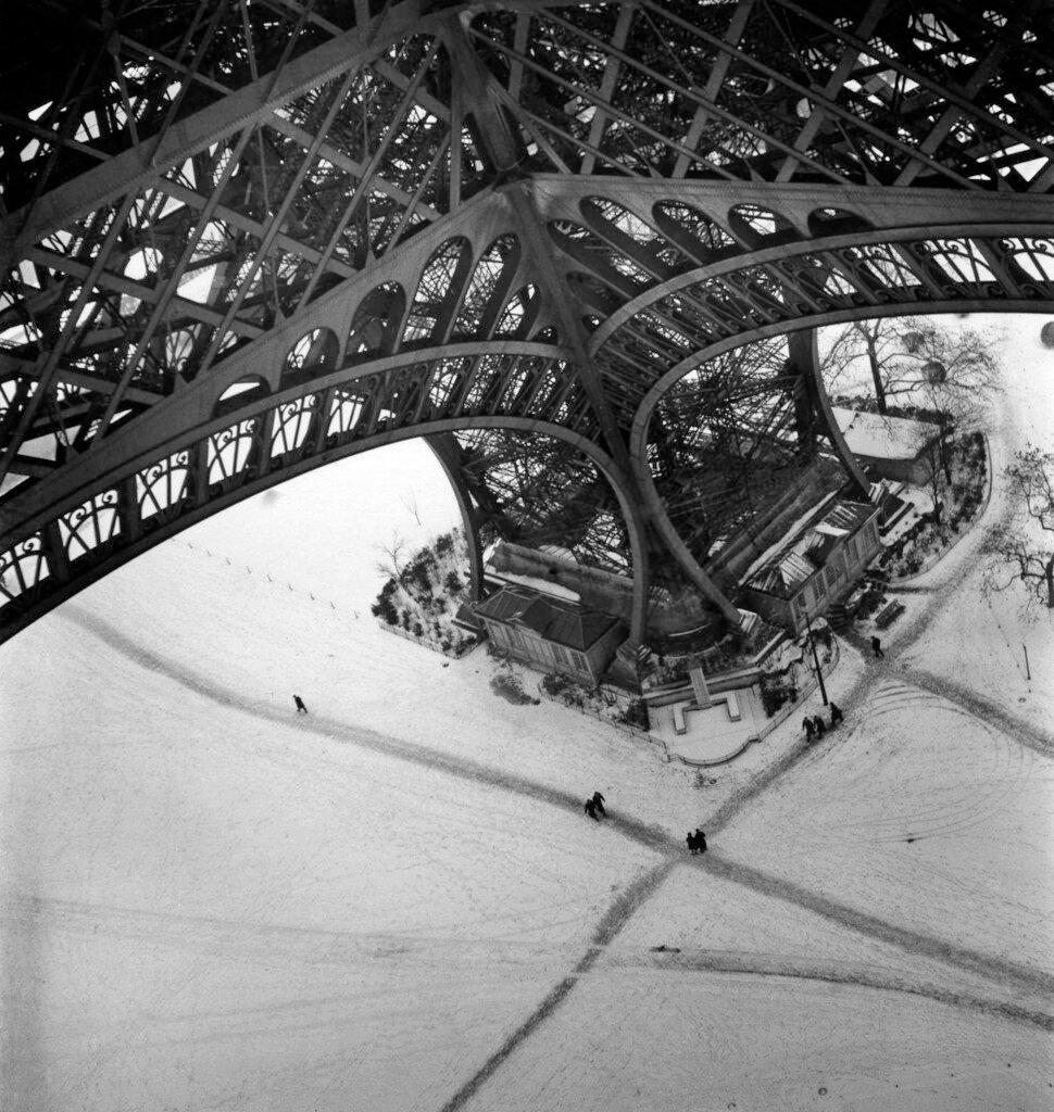 1945. Эйфелева башня зимой