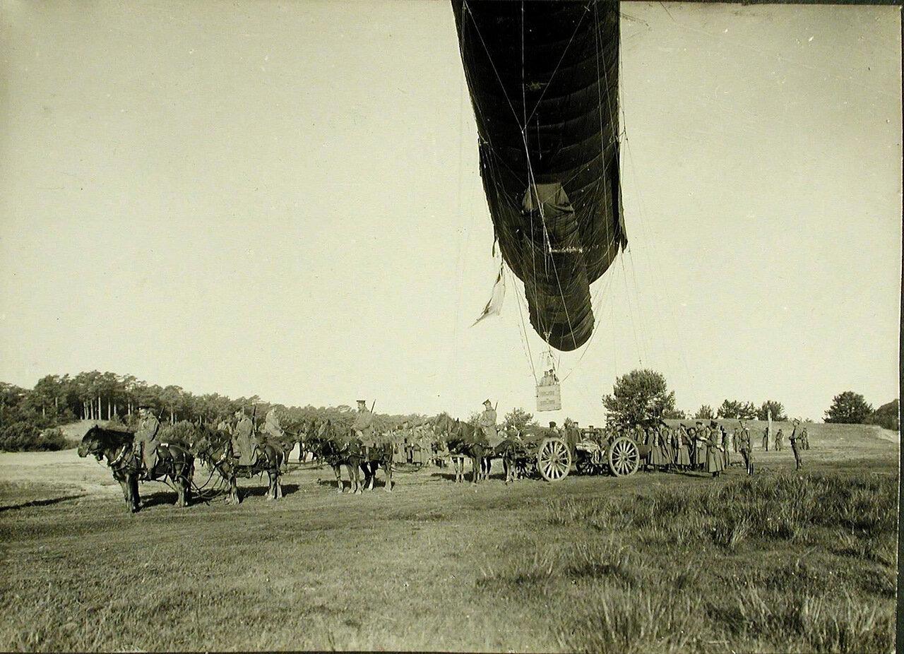 17. Солдаты роты держат змейковый аэростат на лебедке перед его подъемом