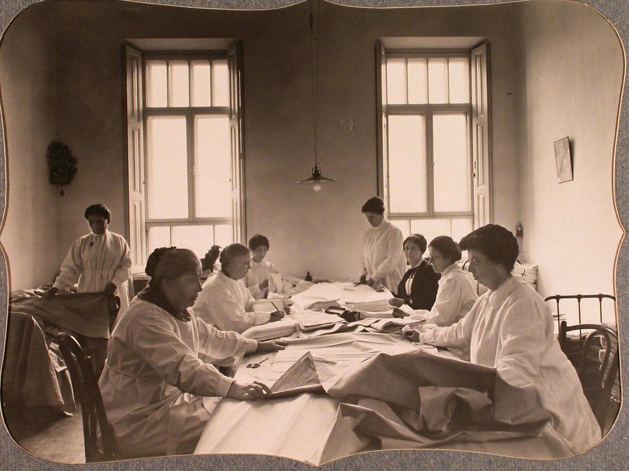 14. Сотрудницы Красного Креста в закройном отделении склада, устроенном в одном из помещений общины