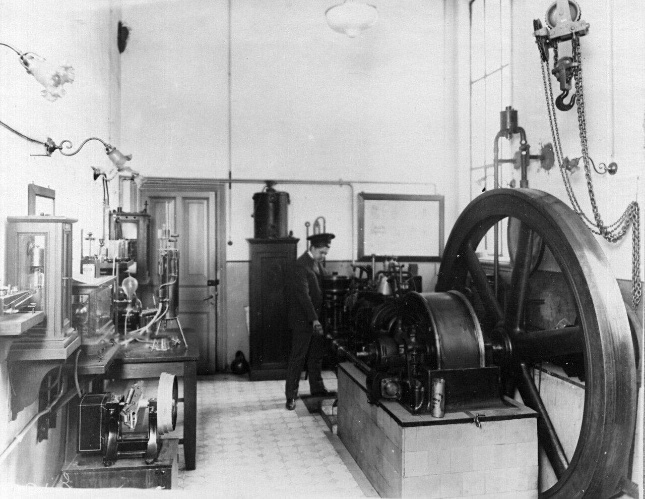 33. Турбогенератор в кабинете паровой механики