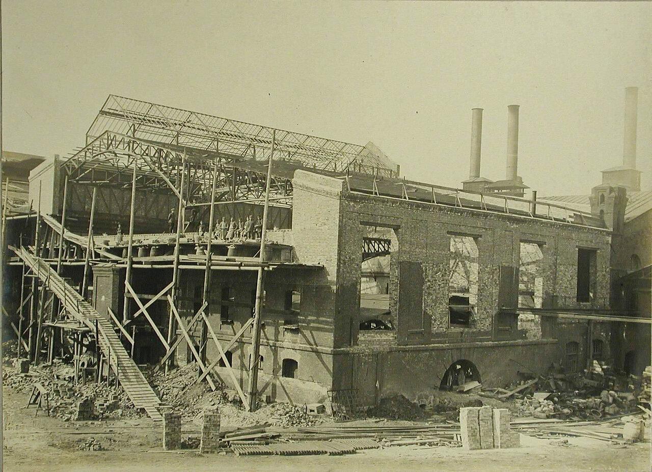 05. Рабочие за строительством перекрытий одного из новых заводских корпусов. 19 августа 1909