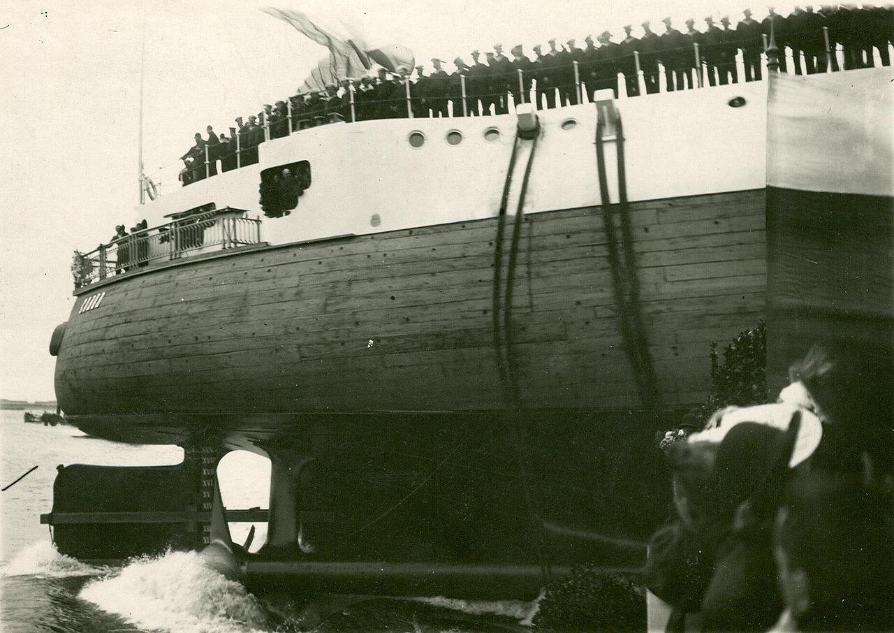 24. Эскадренный броненосец Слава, на борту которого выстроен экипаж корабля в момент спуска на воду. 29 августа 1903