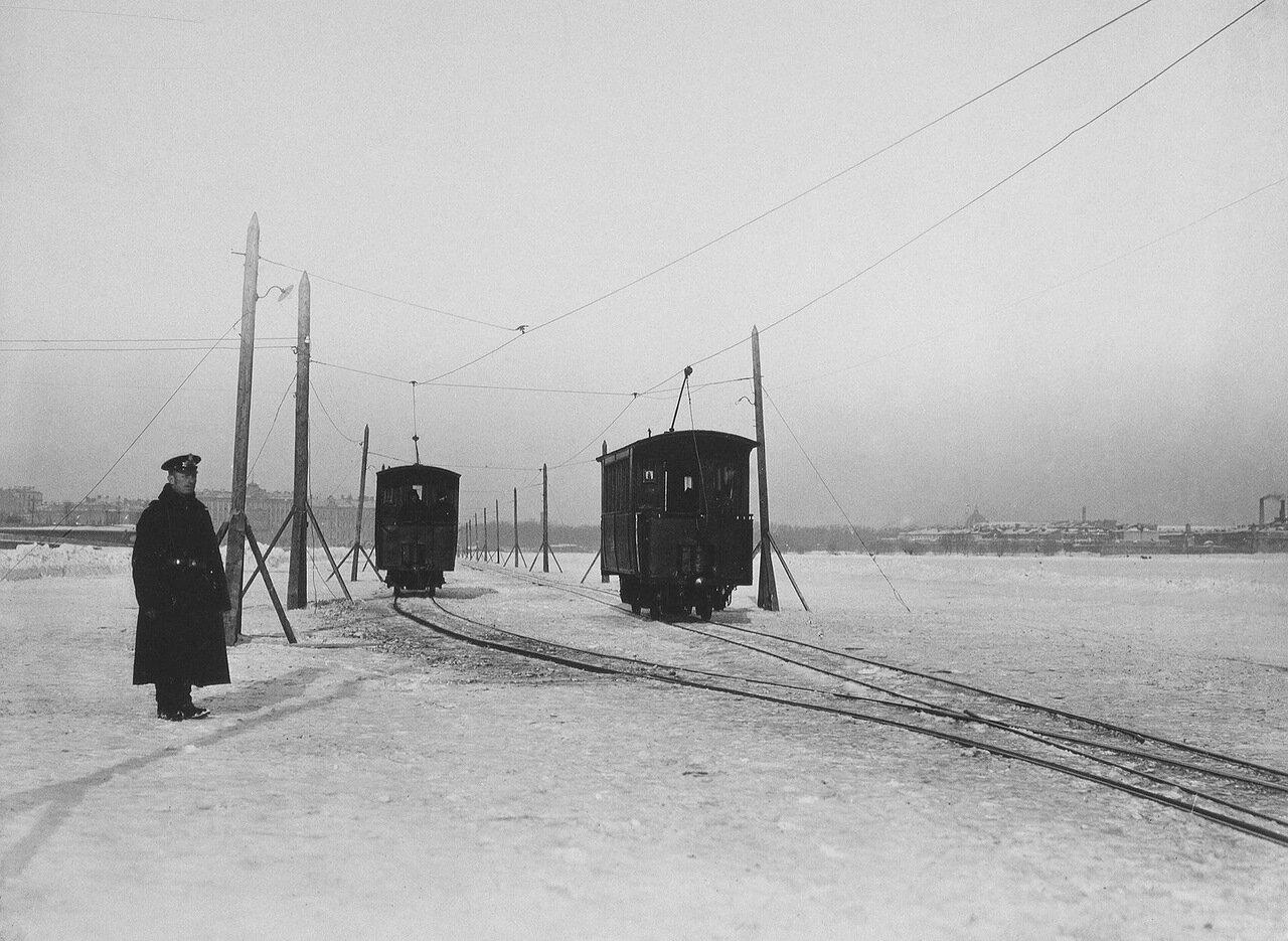 Вагоны зимнего трамвая на Неве