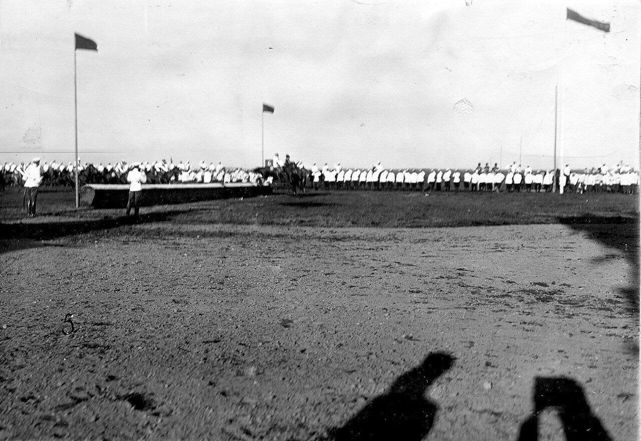24. Участники скачек на дистанции перед взятием препятствия