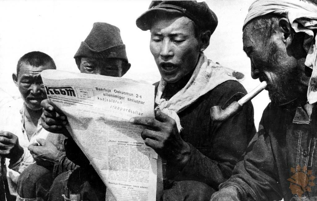 1930. Узбекистан. Узбеки читают газету