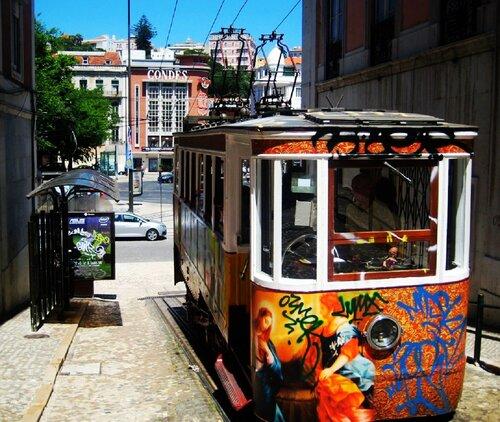 Лиссабон. в узкой улочке Calçada da Glória притаился трамвай-фуникулер..jpg