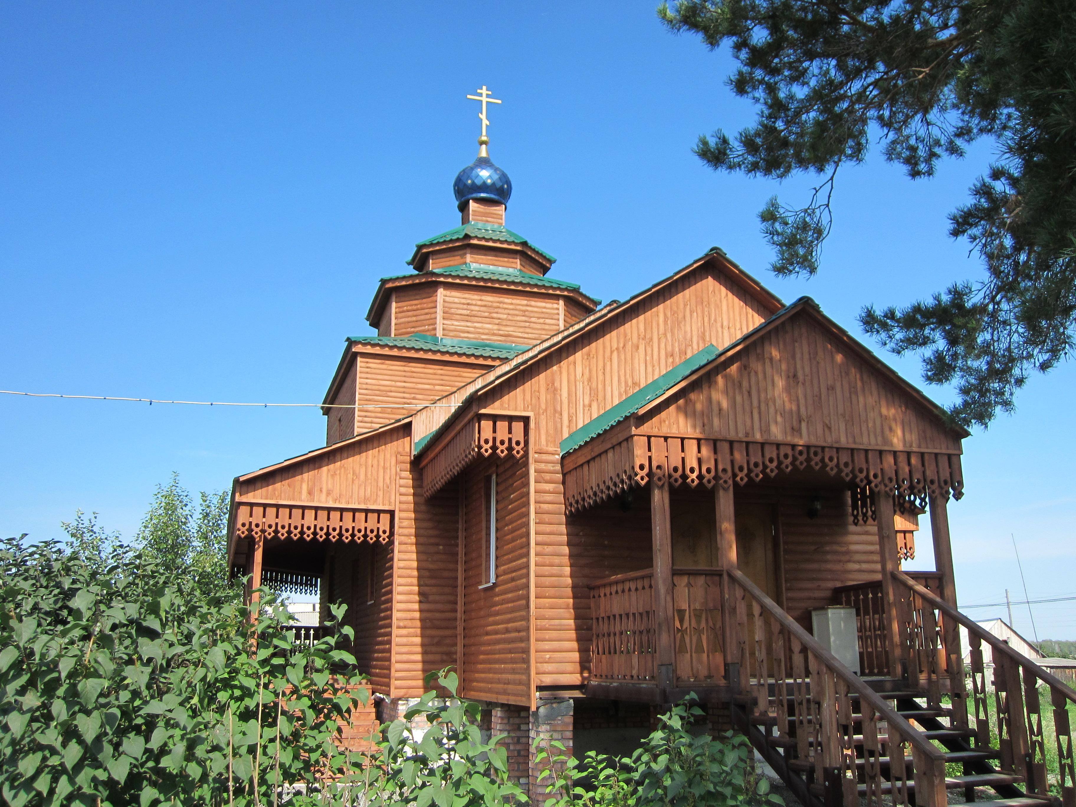 Храм украшен деревянной резьбой (15.08.2014)