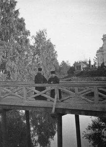 Священники на мосту на кладбище.