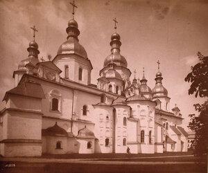 Вид на Софийский собор с восточной стороны (заложен в 1037 г.). Киев г.