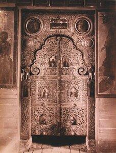 Вид на деревянные резные царские врата в церкви Иоанна Лествичника в Кирилло-Белозерском монастыре. Вологодская губ.