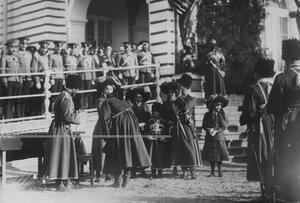 Великие княжны Ольга, Татьяна, Мария, Анастасия и наследник цесаревич Алексей дарят подарки конвойцам  в день  празднования 100-летнего юбилея конвоя.