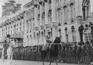Ветераны - конвойцы в строю на плацу  перед Екатерининским дворцом  в день  празднования 100-летнего юбилея конвоя; объезжает конвой министр двора барон Владимир Борисович Фредерикс.