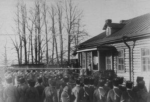 Отъезд императора Николая II после посещения старых казарм конвойцев.