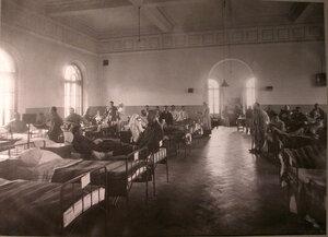 Раненые в палате лазарета при Боевской богадельне.