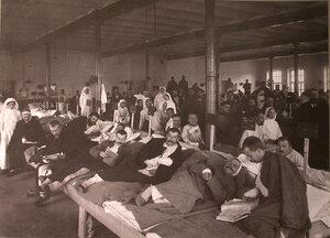 Раненые в палате лазарета,устроенного при фабрике братьев Бахрушиных.