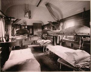 Внутренний вид вагона поезда, оборудованного для тяжелораненых офицеров.