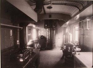 Вид части хозяйственного вагона, оборудованного для приготовления пищи.