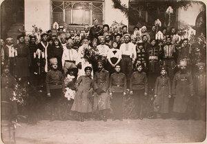 Участники спектакля, показанного во время празднования Рождества нижними чинами авиароты.